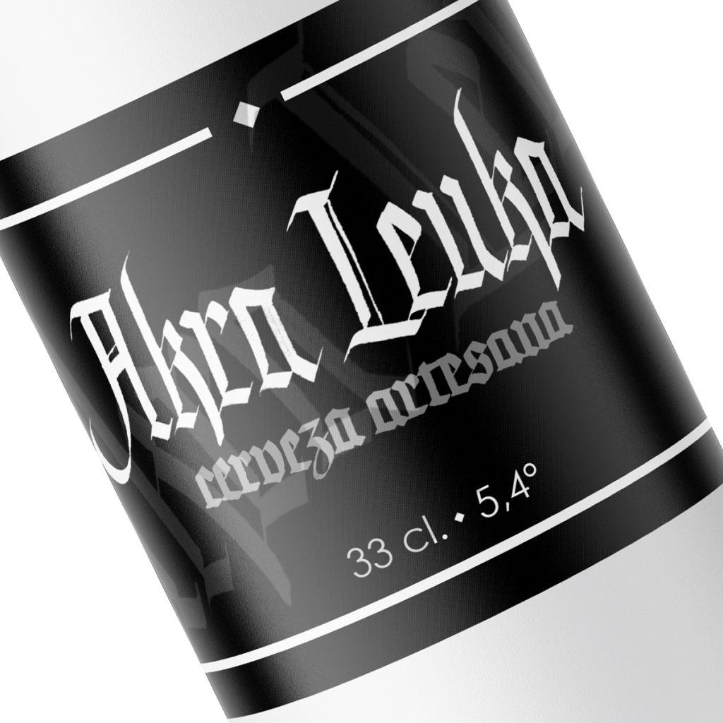 Detalle de etiqueta cerveza Akra Leuka